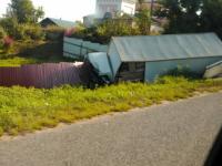 В Крестецком районе на М-10 съехавшая  в кювет фура разворотила забор в доме у дороги