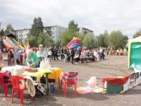 В новгородской деревне гости угощались французскими блюдами и пели грузинские песни