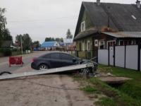 В Пестове мужчину на тонированной иномарке остановил столб у частного дома