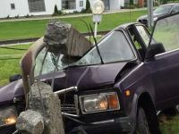В Великом Новгороде водитель «Жигулей» врезался в фонарный столб, уходя от иномарки