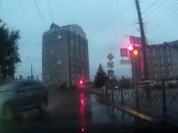 Видео: машину опасно занесло рядом с Новгородским районным судом