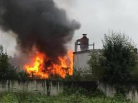 Видео: в Колмове в промзоне горит склад покрышек
