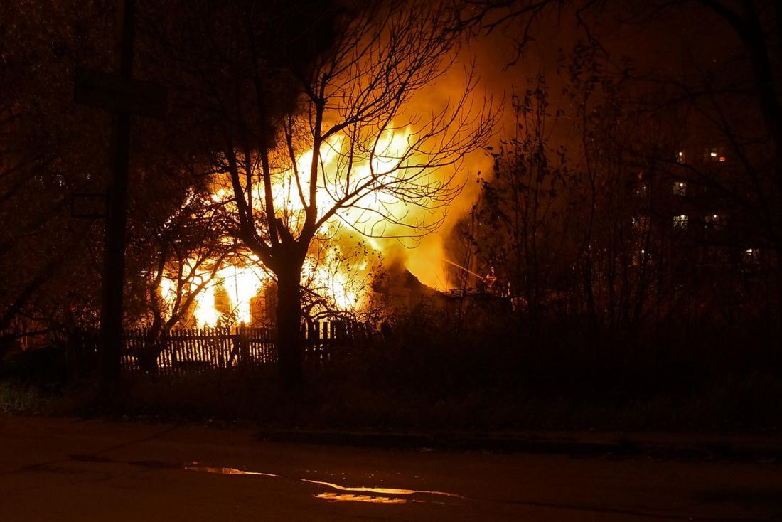 Еще один дом сгорел на Хутынской улице в Великом Новгороде