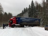 Фото: машины вылетают в канавы с заснеженных дорог Новгородской области