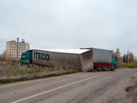 Фото: у завода «Юпитер» в Валдае фура не вписалась в поворот
