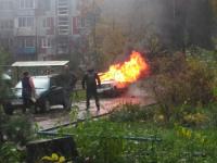 Фото: В Великом Новгороде в сильный дождь заполыхал автомобиль