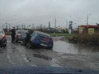 Фотофакт: коварная обочина поглотила машину в Великом Новгороде
