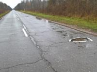 Фотофакт: на дороге «Старая Русса – Поддорье» ямы помечены краской