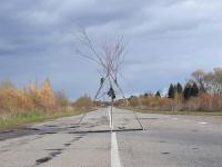 Фотофакт: огромную яму на дороге в Старорусском районе прикрывает «вигвам»