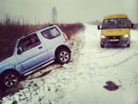 Фотофакт: В Новгородской области машина вылетела с заснеженной дороги