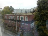 Фотофакт: в Пестове разбирают аварийное здание рядом со школой