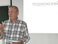 Норвежский чиновник «подкупил» новгородских студентов конфетками