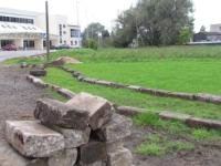 В Старой Руссе укладывают старый новый бордюр возле ФОКа