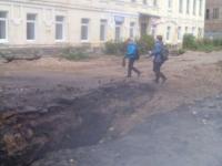 В центре Старой Руссы жителей поджидают опасные препятствия – ямы и открытые люки