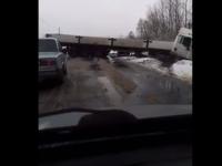 Видео: фура вылетела с заснеженной дороги под Великом Новгородом