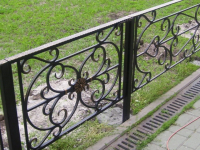 Во дворах в центре Великого Новгорода отныне самая высокая ограда ограничена 50 сантиметрами