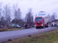 Автопоезд с «бочкой» весом 220 тонн преодолел Поддорье, расстроив местных пенсионеров