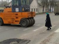 Фото: как водитель «Рено» на Большой Московской улице хотел проскочить под катком