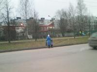 Фото: в Великом Новгороде мать повела ребёнка в детсад через улицу с риском для жизни