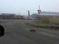 Фотофакт: открытый люк, окутанный туманом, подстерегает новгородских водителей