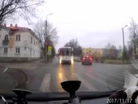 Новгородское ГИБДД выясняет личность лихача, который мчался по встречке на автобусе