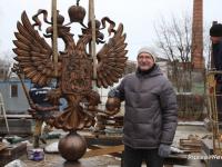 В Старой Руссе установили центральную колонну и герб стелы «Город воинской славы»