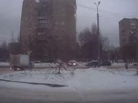 Видео ДТП: машину по скользкой дороге вынесло на встречку в Великом Новгороде