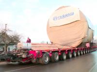 Видео: гигантский автопоезд с «летучим мостом» едет по Шимскому району
