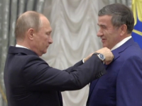 Владимир Путин вручил награду генеральному директору «Акрона»