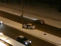 Фото: автомобиль в Великом Новгороде пошёл на таран столба