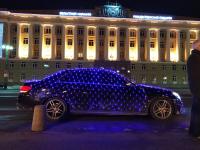 Фото: «Мерседес» с несколькими десятками «проблесковых маячков» припарковался у новгородского Дома Советов
