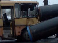 Фото: под Великим Новгородом школьный автобус с детьми врезался в «Урал» с трубами