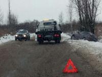 Фотофакт: на заснеженной новгородской дороге «Мазда» вылетела в кювет