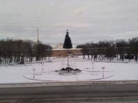 Фотофакт: новогоднюю ель в центре Новгорода оставили ночевать полусобранной