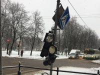 Фотофакт: в центре Великого Новгорода несколько дней стоит разбитый светофор