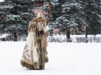 По Новгородскому кремлю бродит дальний родственник Деда Мороза с «селфи-посохом»