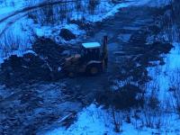 С западней на дороге из новгородских Ивушек в Волховец борется экскаватор