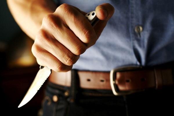 В Великом Новгороде полиция задержала мужчину, который нанес удары ножом своей знакомой