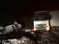 При столкновении грузовика и легковушки в Крестецком районе пострадал ребенок