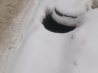 Фото: жители Григорова рискуют провалиться в открытый люк