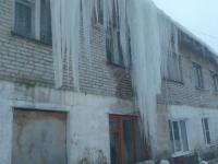 Немногочисленные жители дома в Сольцах несколько дней «любовались» ледяными глыбами