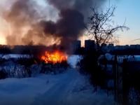 Новгородец снял на видео полыхающую дачку в старой части Деревяниц