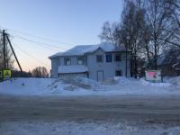 Пестовчане опасаются трагедии из-за горы снега рядом со школой и детсадами