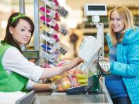 Россияне смогут снимать деньги с карт на кассах магазинов