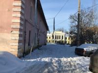 С крыши одного из домов в Великом Новгороде оторвался снегозадержатель