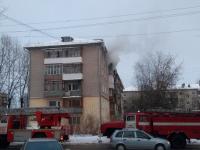 Следователи разбираются с происшествием в новгородской пятиэтажке, где погиб мужчина