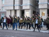 Студенты устроили флешмоб у главного корпуса НовГУ