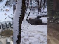В одном из дворов Великого Новгорода припаркованные автомобили оказались в ледовом плену
