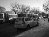 В Великом Новгороде автомобиль въехал на автобусную остановку после ДТП
