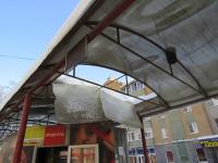 В Великом Новгороде из-за снега обрушилась крыша автобусной остановки